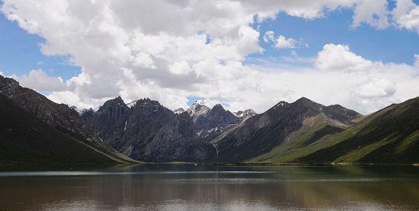 当地的藏民叫它石头山