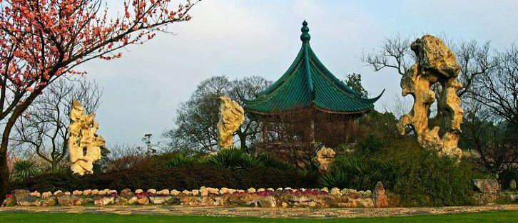 """风景区现有三大主要景区:以梅文化为主题的梅花景区。有洗心泉、天心台、念劬塔、诵豳堂、读书处等众多的""""荣氏""""人文古迹;又有集天下古梅与奇石于一体,结合中式园林建筑的古梅奇石圃。内有中国唯一的梅文化博物馆、岁寒草堂、冷艳亭等建筑,徜徉其间,可以了解梅花的科普知识,领略博大精深的梅文化,感受梅花人格化的精神。"""