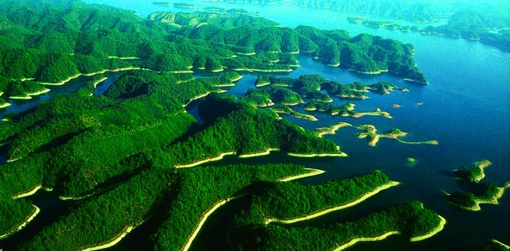 千岛湖是修水库大坝而成的人工湖,其主要源水为安徽境内的新安江及其