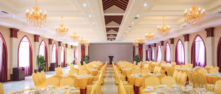环境优雅,装修豪华典雅,融欧式风格和现代,设计风格为一体,四个宴会厅