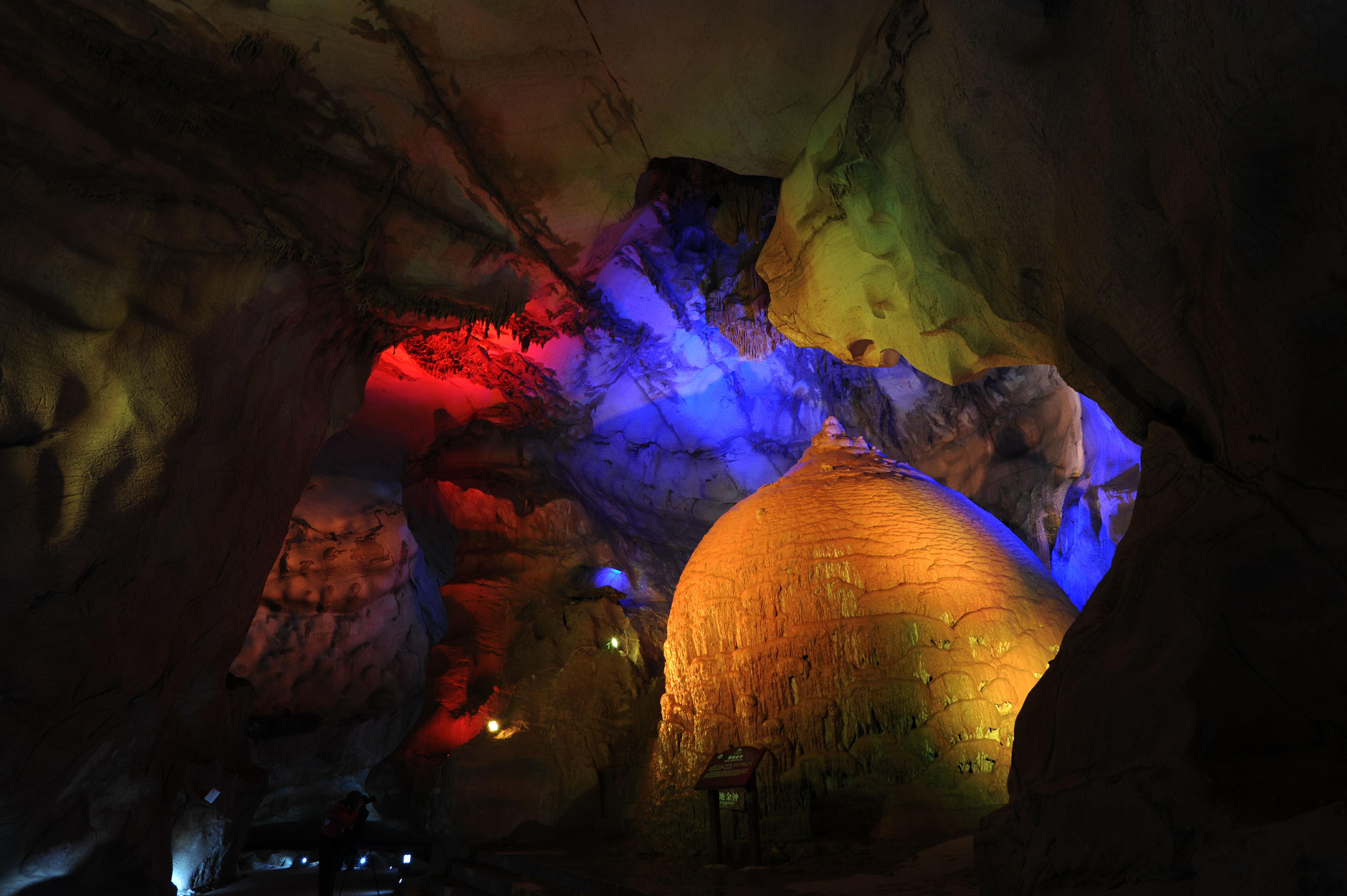 蓬莱仙洞风景区坐落于安徽省池州市石台县仁里镇杜村境内,距县城